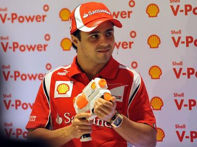Фелипе Масса и водяной пистолет на Гран-при Бразилии 2011