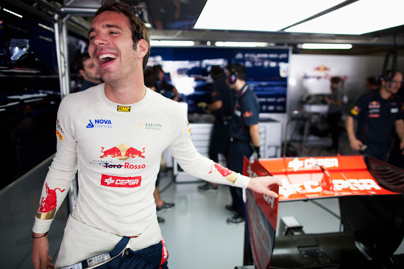 Жан-Эрик Вернь в гараже Toro Rosso на Гран-при Бразилии 2011