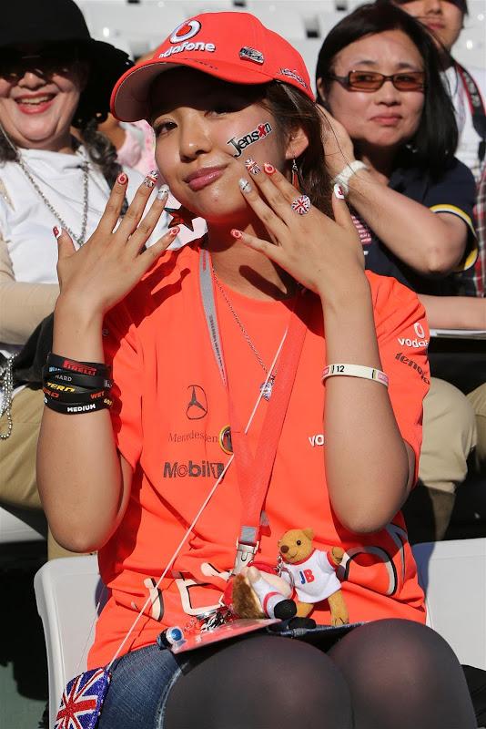 болельщица Дженсона Баттона и McLaren с разукрашенными ногтями на Гран-при Японии 2012