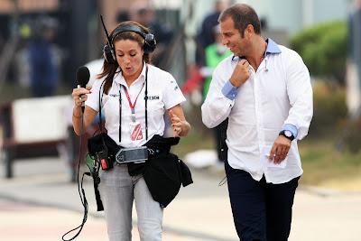 Натали Пинкхэм и Кай Абель идут по паддоку Йонама на Гран-при Кореи 2011