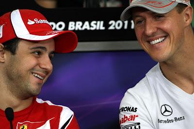 улыбающиеся Фелипе Масса и Михаэль Шумахер на пресс-конференции в четверг на Гран-при Бразилии 2011