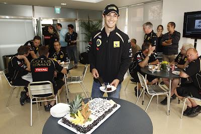 Бруно Сенна отрезает кусочек торта на Гран-при Кореи 2011
