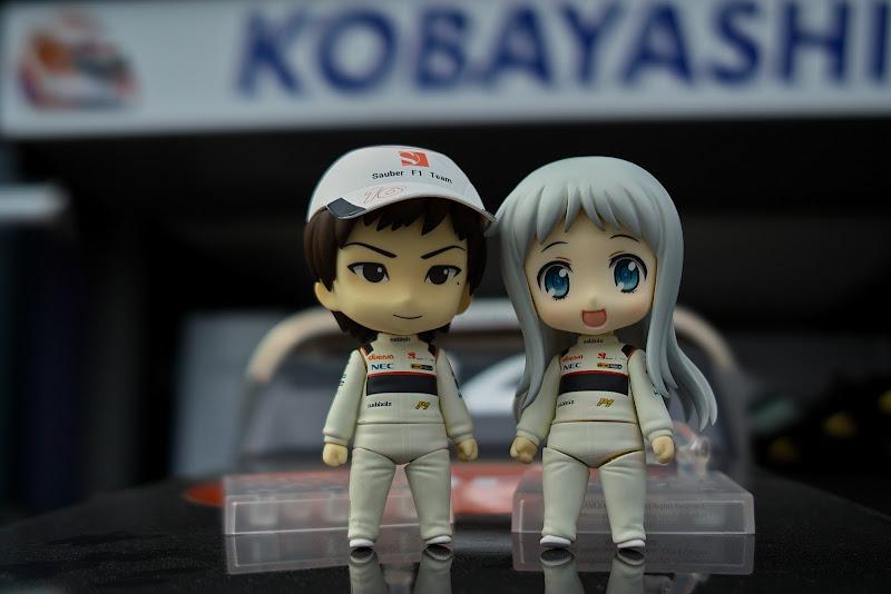 анимешные фигурки Камуи Кобаяши и девушки с серебряными волосами на Гран-при Австралии 2012