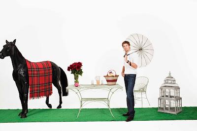 фотосессия Дженсона Баттона с зонтиком и лошадью