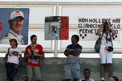 баннеры болельщиков Михаэля Шумахера на трибунах Интерлагоса на Гран-при Бразилии 2012
