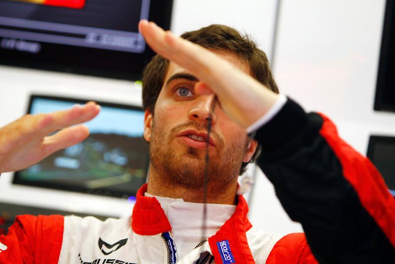 Жером Д'Амброзио жестикулирует или показывает приемы кунг-фу в гараже команды на Гран-при Бельгии 2011