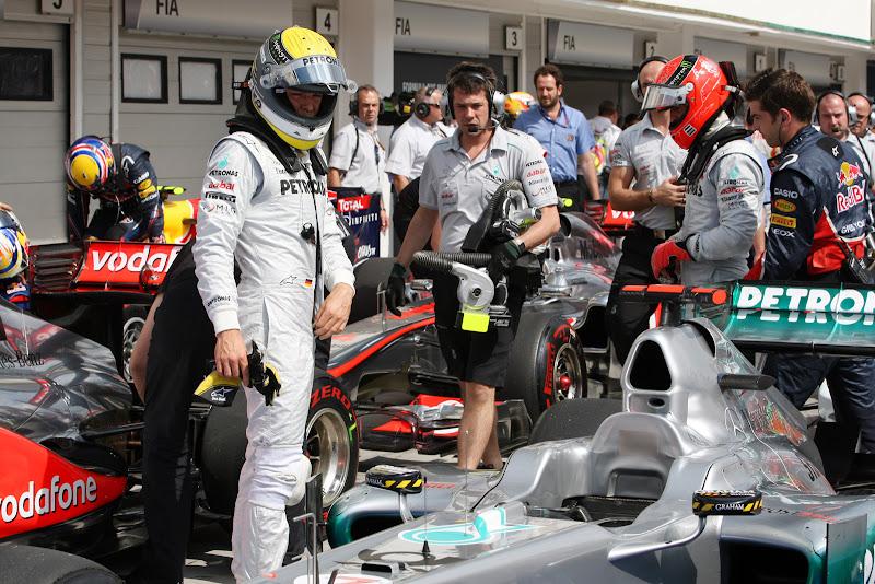 Нико Росберг и Михаэль Шумахер у болида Mercedes GP после квалификации на Гран-при Венгрии 2011