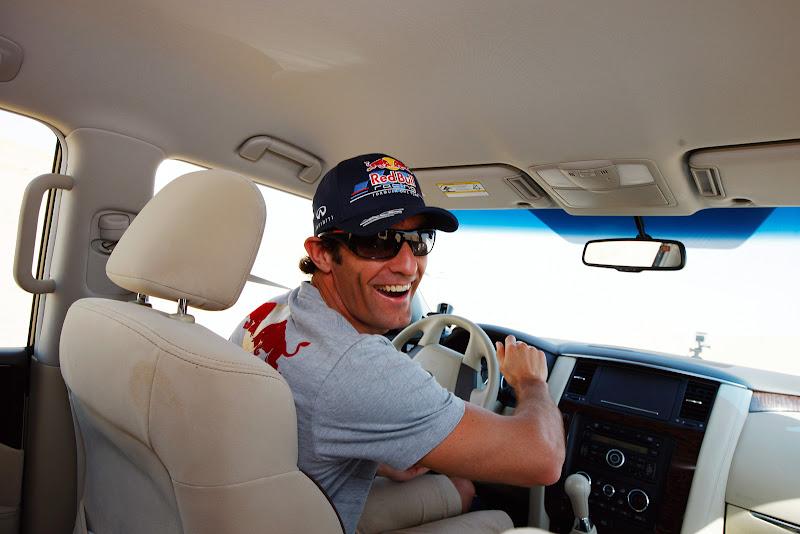 Марк Уэббер за рулем внедорожника Nissan в песчаной пустыне перед Гран-при Абу-Даби 2011