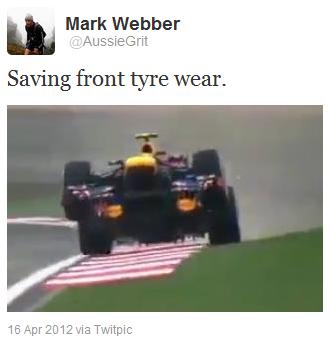 Марк Уэббер поднимает передние колеса на своем Red Bull во время гонки на Гран-при Китая 2012