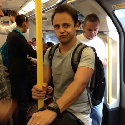 Фелипе Масса кривит лицом в метро