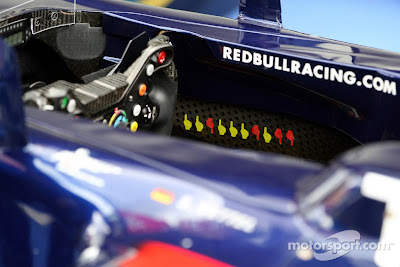 отметки в виде пальцев в кокпите Red Bull Себастьяна Феттеля после гонки на Гран-при Германии 2011