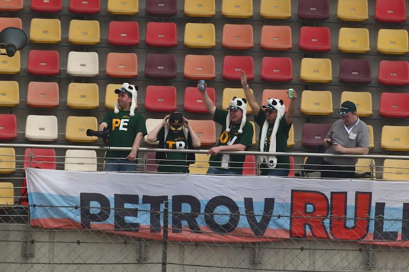 болельщики Виталия Петрова с баннером Petrov Rullez на Гран-при Китая 2012