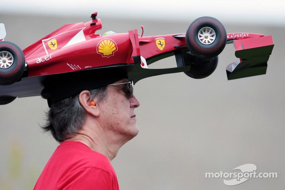болельщик Ferrari в головном уборе в виде болида на Гран-при Канады 2012