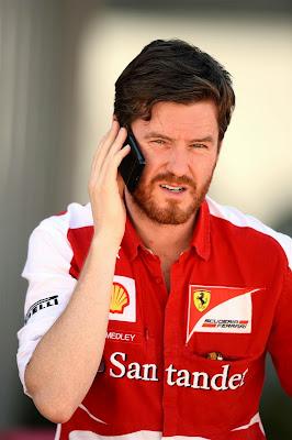 бородатый Роб Смедли разговаривает по телефону на Гран-при Кореи 2013
