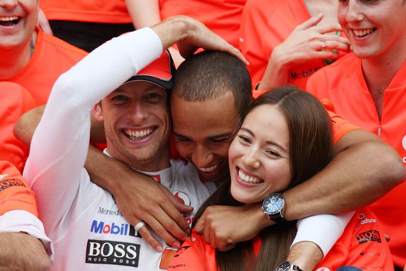 Джессика Мичибата и Дженсон Баттон в объятиях Льюиса Хэмилтона на Гран-при Венгрии 2011