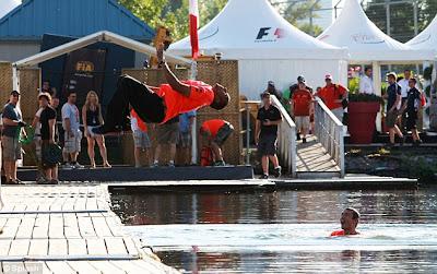 бэкфлип Льюиса Хэмилтона в канал Монреаля после победы на Гран-при Канады 2012