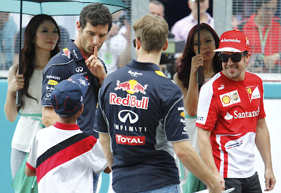 Марк Уэббер и ребенок на параде пилотов Гран-при Малайзии 2013