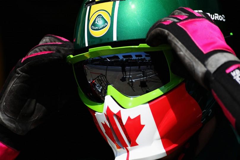 механик примеряет специальную версия шлема для Гран-при Канады 2011