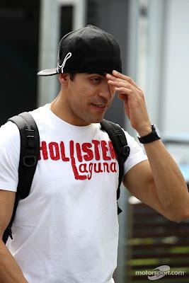 Пастор Мальдонадо с забавным выражением лица фэйспалмит на Гран-при Австралии 2012