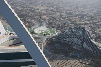 Дэвид Култхард крутит пончики на болиде Red Bull на вертолетной площадке Бурдж-эль-Араб в Дубае перед Гран-при Абу-Даби 2013