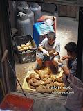 店內的小伙子不停刨啊刨,準備製作地瓜粒。