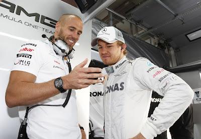 Нико Росберг и механик Mercedes с телефоном на Гран-при Кореи 2012