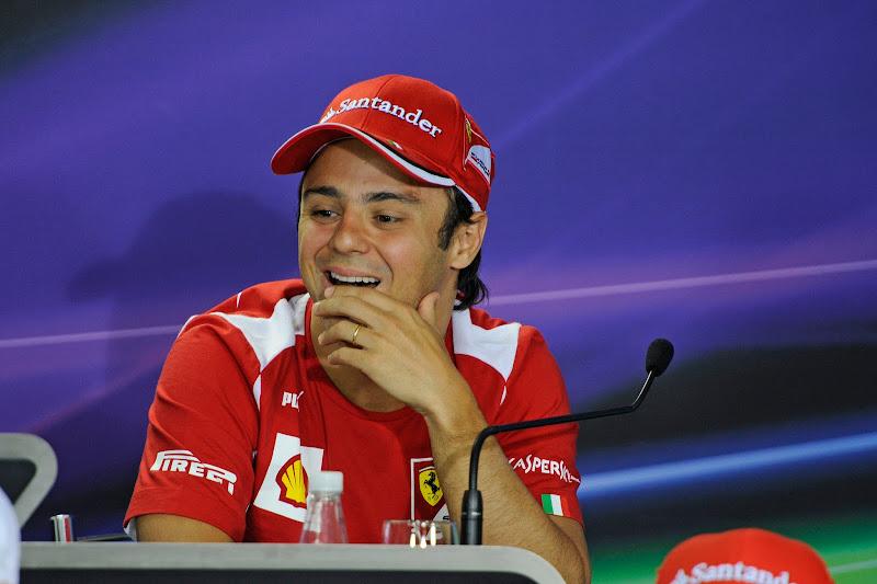Фелипе Масса смеется на пресс-конференции в четверг на Гран-при Бразилии 2012