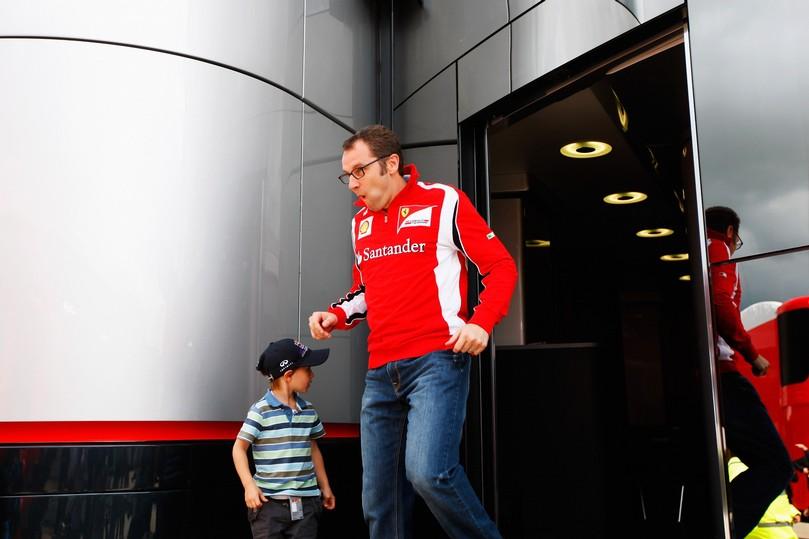 Стефано Доменикали выбегает из моторхоума McLaren на Гран-при Великобритании 2011