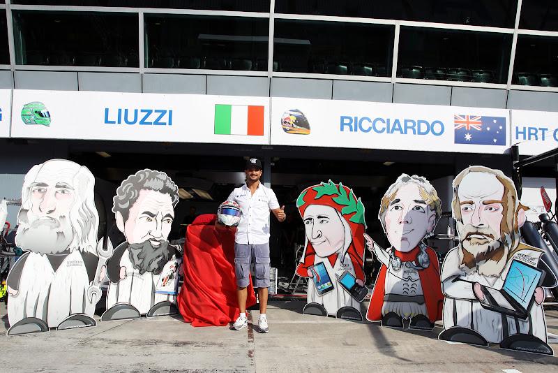 Витантонио Льюцци демонстрирует специальный шлем к Гран-при Италии 2011 в Монце на фоне знаменитых итальянцев