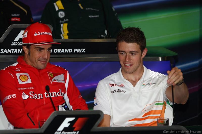 Фернандо Алонсо и Пол ди Реста на пресс-конференции в четверг на Гран-при Великобритании 2012