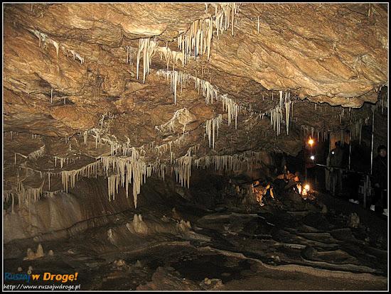 jaskinia niedźwiedzia - ściana nacieków ze ścieżką zwiedzania