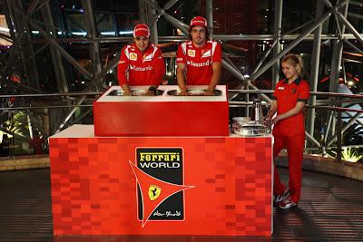 Фелипе Масса и Фернандо Алонсо оставляют отпечатки рук в Ferrari World на Гран-при Абу-Даби 2011