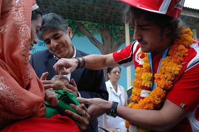 Фернандо Алонсо и индийский ребенок на Гран-при Индии 2011