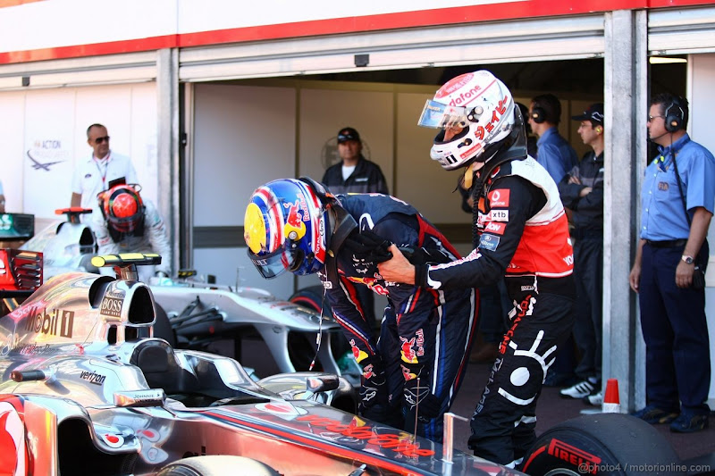Дженсон Баттон забирает Марка Уэббера от своего болида McLaren после квалификации на Гран-при Монако 2011