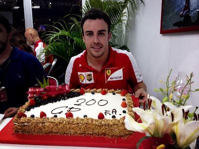 Фернандо Алонсо и торт в честь 200-ой гонки пилота на Гран-при Малайзии 2013