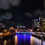 Marina Bay Sands po zmroku świeci laserami.