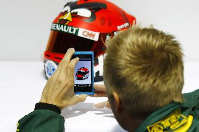 Хейкки Ковалайнен фотографирует свой шлем Angry Birds