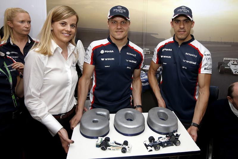 Сьюзи Вольф Вальтери Боттас Пастор Мальдонадо и торт в честь 600-ой гонки Williams на Гран-при Великобритании 2013