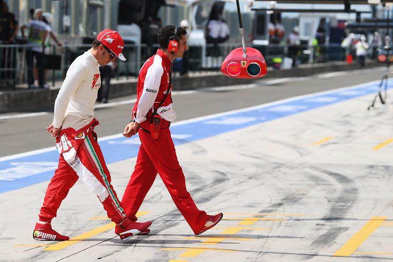 Фернандо Алонсо и Андреа Стелла с руками за спиной идут по пит-лейну Хунгарорингу в субботу на Гран-при Венгрии 2013