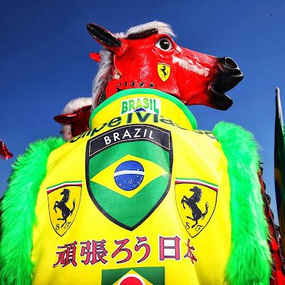 болельщик Фелипе Массы и Ferrari в боевом костюме лошади на Гран-при Японии 2013