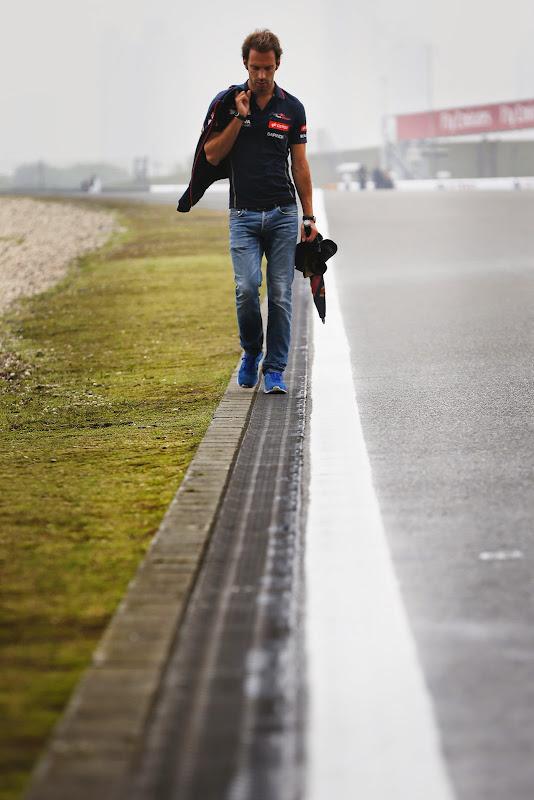 Жан-Эрик Вернь идет по трассе Шанхая в четверг на Гран-при Китая 2014
