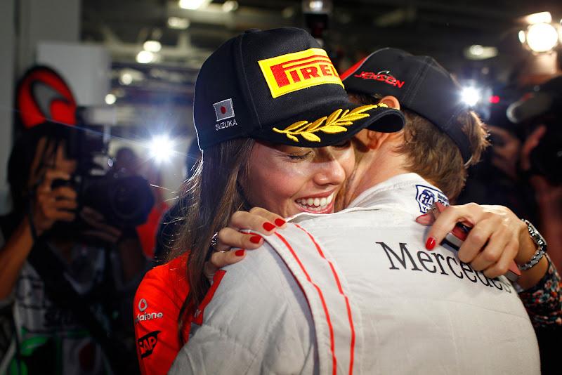 Джессика Мичибата и Дженсон Баттон обнимаются после победы на Гран-при Японии 2011