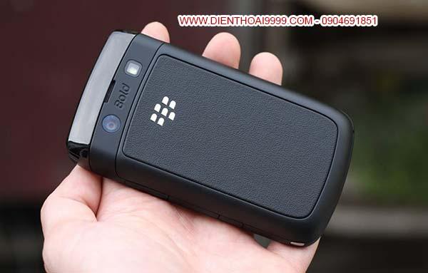 BlackBerry 9700, Bán Blackberry 9700, bán blackberry 9700 giá rẻ, bán blackberry 9700 cũ tại hà nội, đà nẵng, tp hcm, Blackberry bold 9700, blackberry 9700, bán bb 9700 giá rẻ, blackberry bb 9700 cũ giá rẻ, Bán điện thoại BlackBerry 9700 cũ giá rẻ tại Hà Nội, BlackBerry 9700 chính hãng nguyên bản, bán blackberry 9700 uy tín, bán blackberry 9700 chất lượng Ra đời cách đây 6 năm, là siêu phẩm một thời của BlackBerry với giá khởi điểm 14 triệu đồng, BlackBerry 9700 cho đến tận bây giờ vẫn là một trong những mẫu BlackBerry đẹp, bền bỉ và bán chạy nhất nhưng mức giá chưa tới 1 triệu đồng. BlackBerry 9700 với những ưu điểm vượt trội về sóng khỏe, loa thoại ấm, chất lượng nghe gọi cao, đặc biệt thời lượng pin sử dụng lâu, mình nghe gọi bình thường trung bình 2-3 ngày mới phải sạc lại, điều này thì nhiều smartphone bây giờ phải chào thua, rất thích hợp làm chiếc điện thoại backup, nghe gọi, lưu lại danh bạ, tin nhắn, ghi chú note,.... Thiết kế nam tính, mạnh mẽ, nhìn khá ngầu, bàn phím bấm êm, có giao diện tiếng việt dễ dùng, ngoài ra còn 1 đống các tính năng như 3G, WIFI, GPS, BIS, BES,... BlackBerry Bold 9700 3G hệ điều hành Blackberry 6.0, không lỗi font tiếng việt, cài đặt thêm nhiều ứng dụng văn phòng và game giải trí, đặc biệt về email, lướt web nhanh với wifi, văn bản word excel, chat, faceb0ok, nhắn tin miễn phí,... vốn là thế mạnh của dòng blackberry. máy có khe thẻ nhớ, có wifi, bluetooth, tai nghe 3.5,...Hình thức máy còn rất mới. máy đang sử dụng tốt, nghe gọi tốt, phím bấm tốt, quay phim, chụp ảnh nghe nhạc, faceb0ok cả ngày luôn.  Giá: 950.000 (máy, pin, sạc) Bảo hành 1 đổi 1 trong 1 tháng cho anh em yên tâm sử dụng Liên hệ: 0904.691.851
