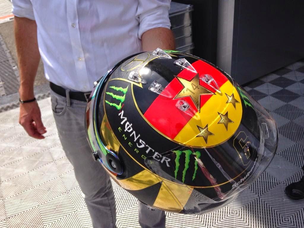 отредактированная версия шлема Нико Росберга в честь победы Германии в чемпионате мира по футболу для Гран-при Германии 2014