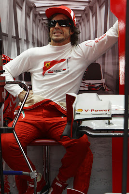 Фернандо Алонсо сидит в забавной позе в боксах Ferrari на Гран-при Бразилии 2011