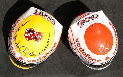 вид сверху на шлема Льюиса Хэмилтона и Дженсона Баттона с бриллиантами Steinmetz Diamonds специально для Гран-при Монако 2011