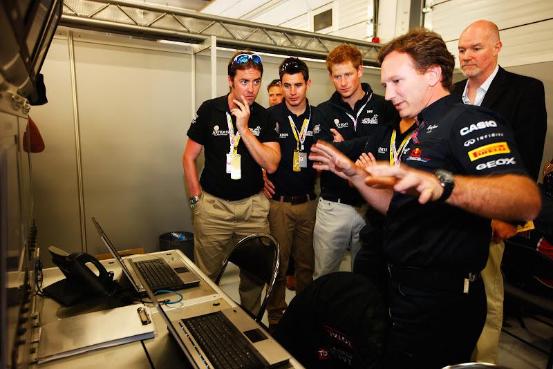 Кристиан Хорнер показывает магию гостям Red Bull в гараже на Гран-при Великобритании 2011