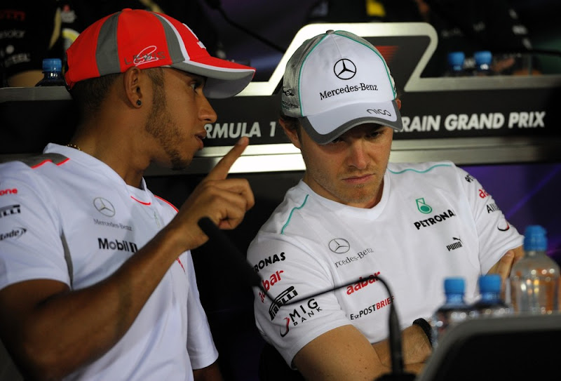 Льюис Хэмилтон рассказывает что-то Нико Росбергу на пресс-конференции в четверг на Гран-при Бахрейна 2012