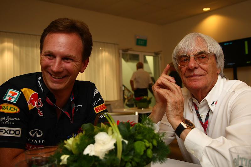 Кристиан Хорнер и Берни Экклстоун улыбаются в интервью на Гран-при Сингапура 2011