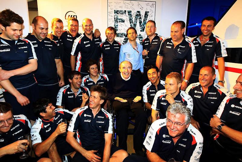Фрэнк Уильямс в окружении механиков Williams на праздновании 70-летия на Гран-при Испании 2012